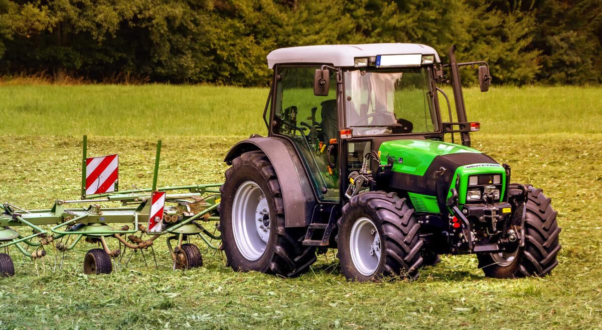 """Horrorunfall: Zum """"Chillen"""" ins Gras gelegt – von Mäh-Traktor überrollt"""